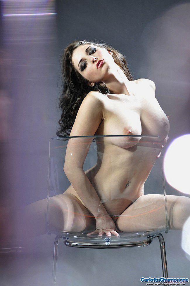 Carlotta Champagne : за стеклом