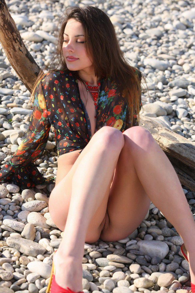На горячих камнях пляжа
