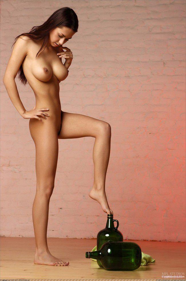 Девушка позирует своим телом
