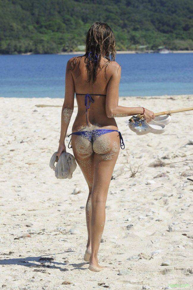 По нагретому песку