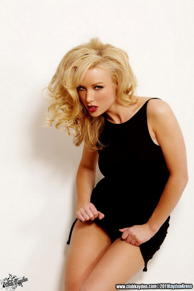 Kayden Kross : черное платье для яркой блондинки
