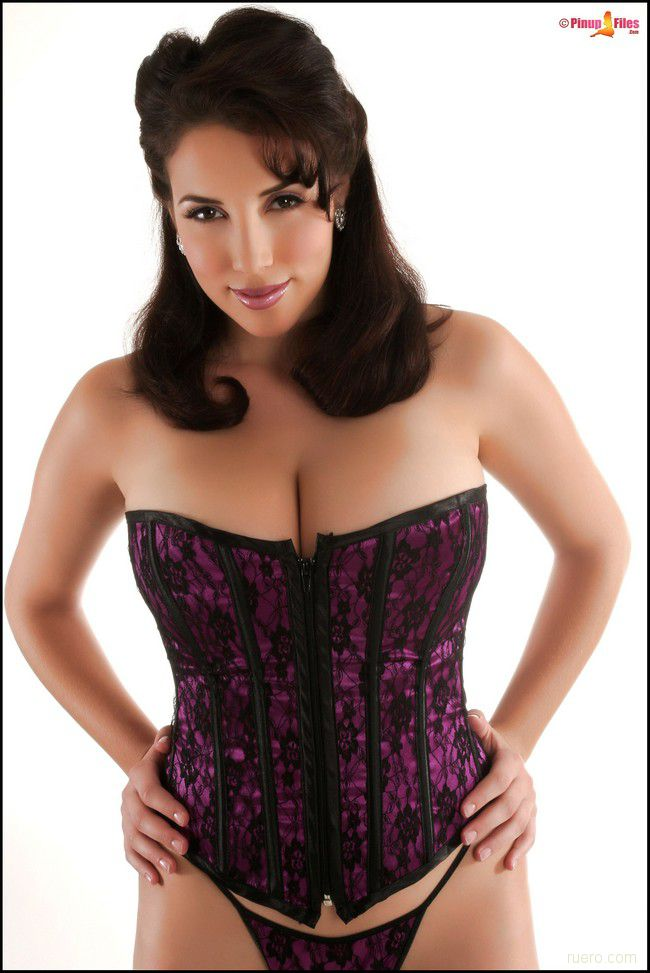 Jelena Jensen : пурпур корсета