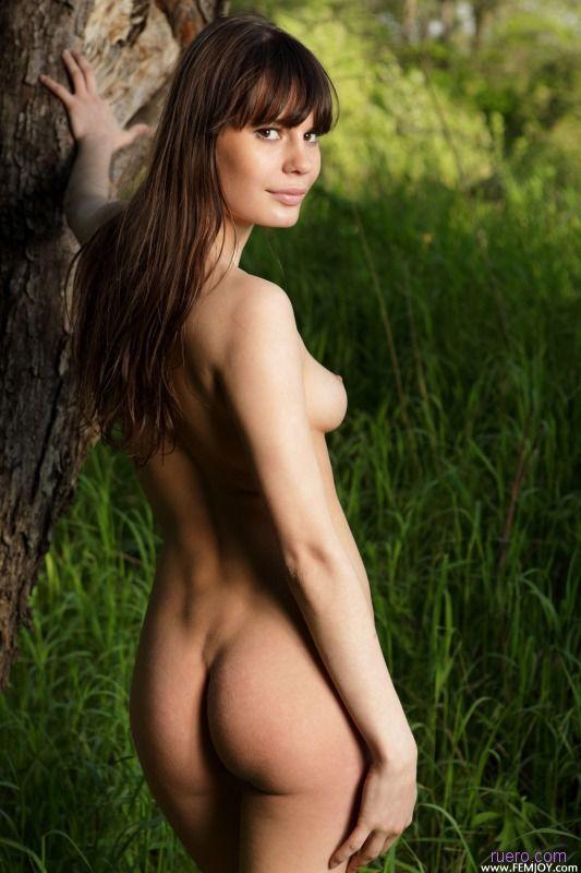 На фоне сочной травы