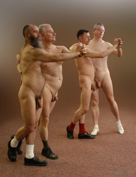Голые пацаны танцуют