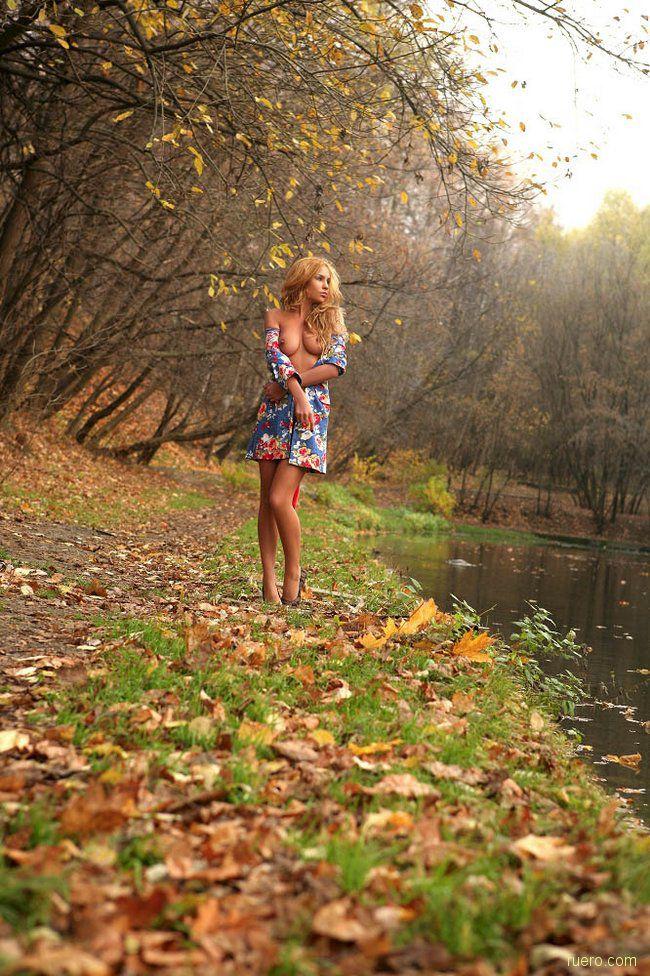 У пруда в осеннем парке