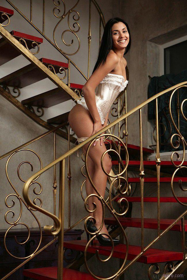 Belinda A : подъем по лестнице
