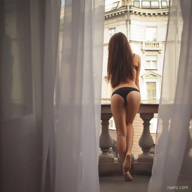 За окном город шумел