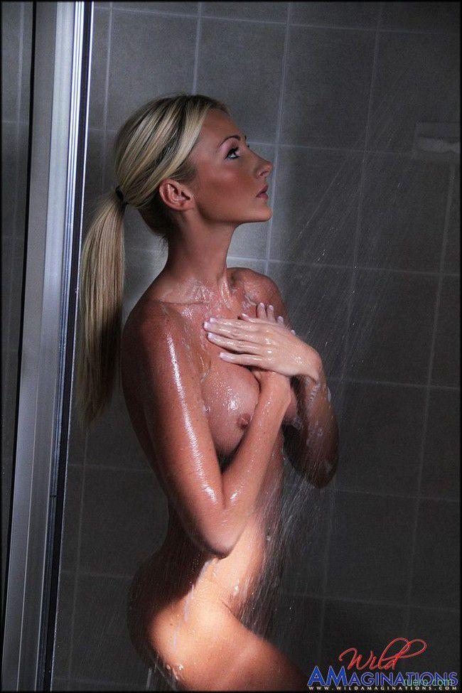 Brittany : душевая блондинка