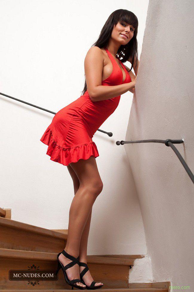 эротические фотографии брюнеток в красной юбочке