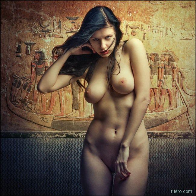 На фоне египетских профилей