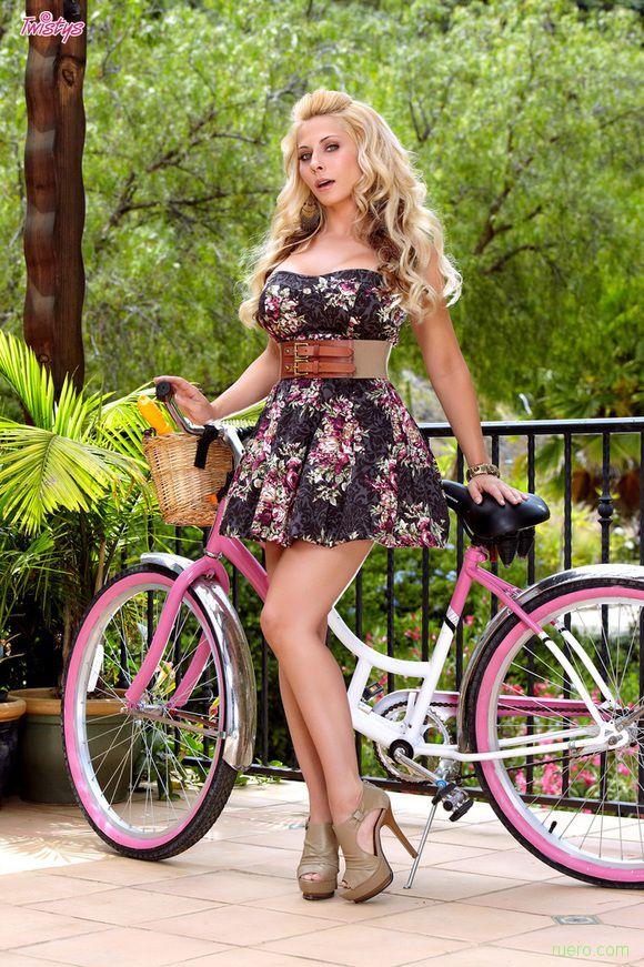 Madison Ivy : розовый велосипед