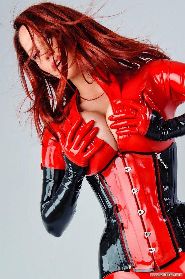 Bianca Beauchamp : острота красного латекса