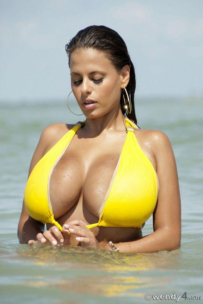 Wendy Fiore : мощь желтого бикини