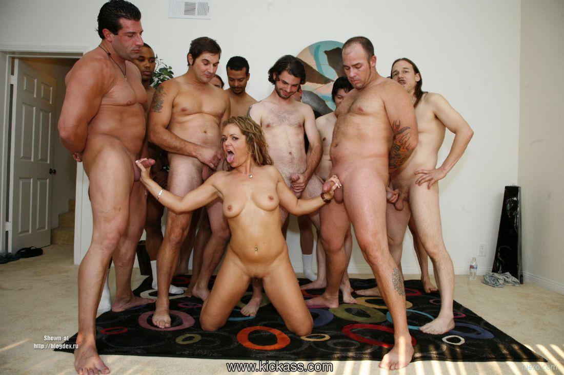Много голых мужиков и одна баба на всех. Зажигательные молоденькие голые д