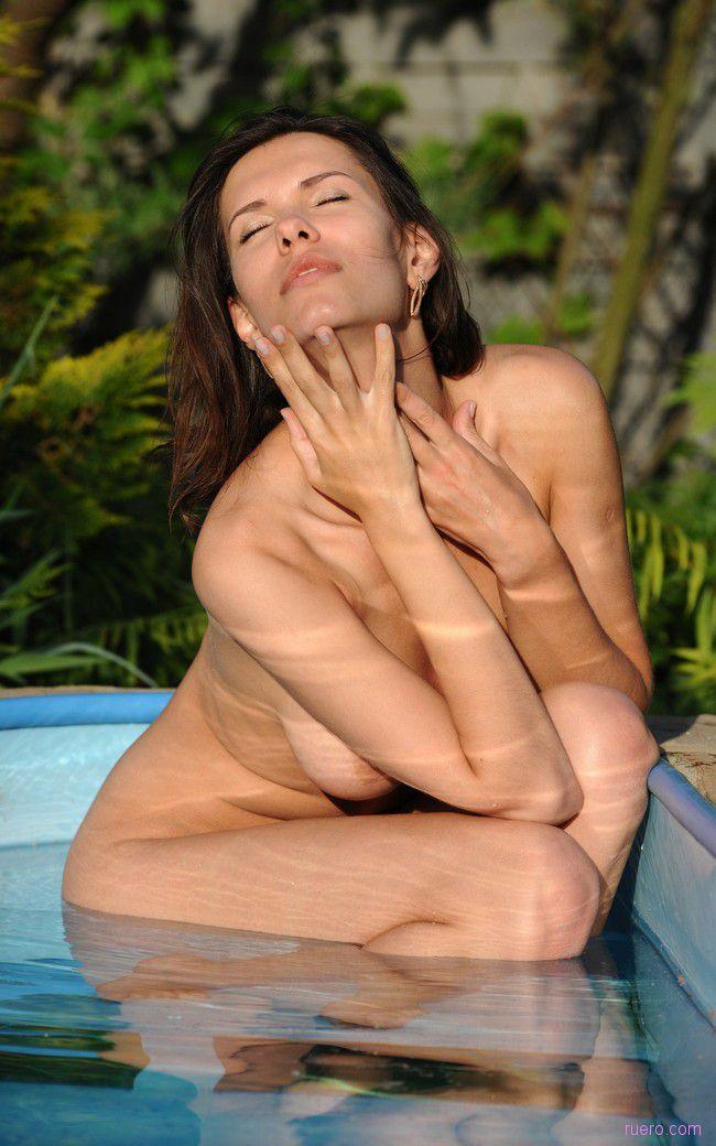 Suzanna A : этюд у бассейна